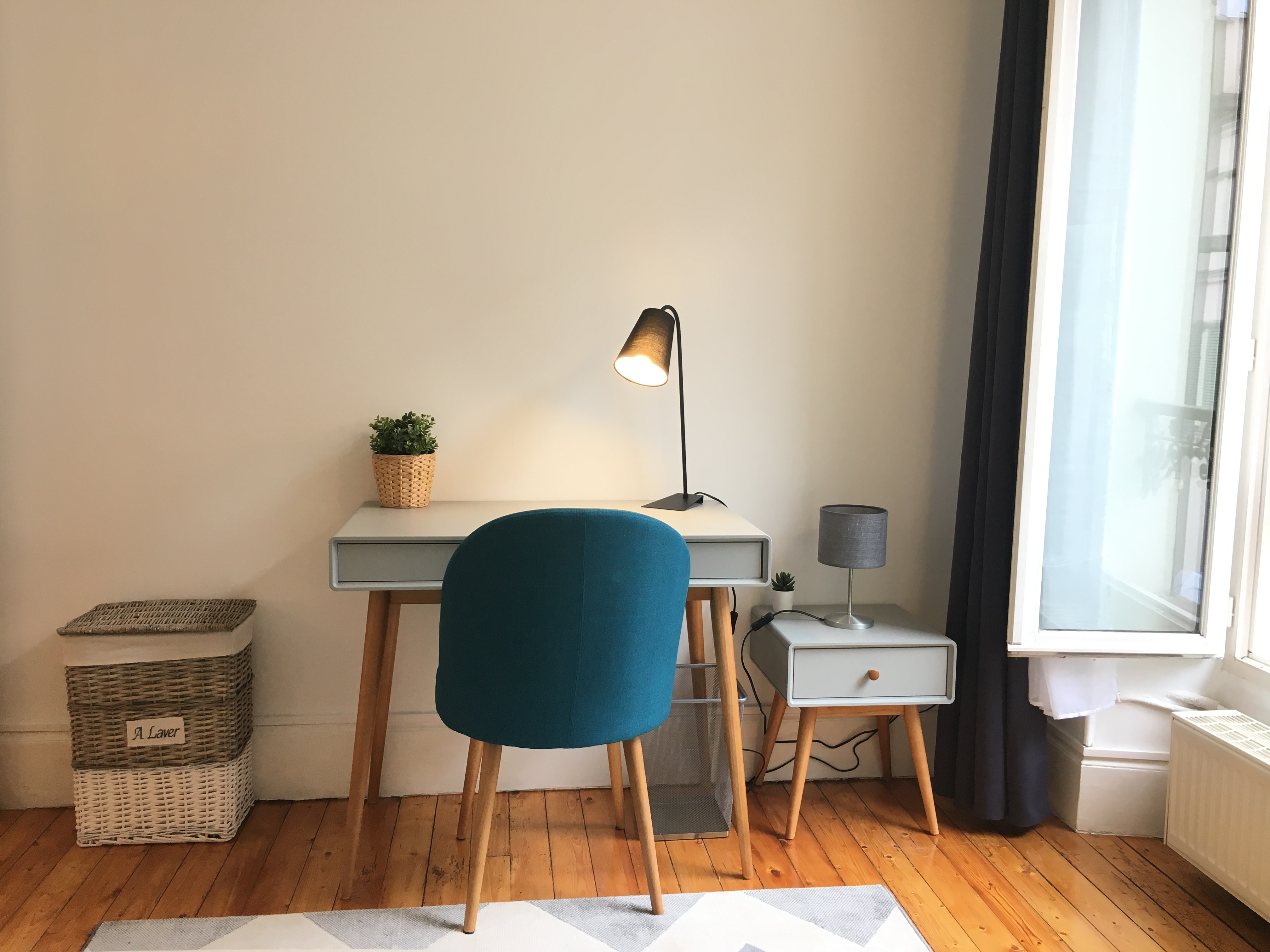 Rent Flat Apartment Fontainebleau Insead MBA housing Paris Desk